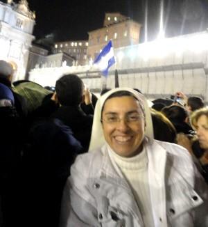 Irmã Patrícia quando a fumaça branca saiu da chaminé da Capela Sistina, anunciando a escolha do novo Papa. (Foto: Patricia Souza da Silva/Arquivo Pessoal)