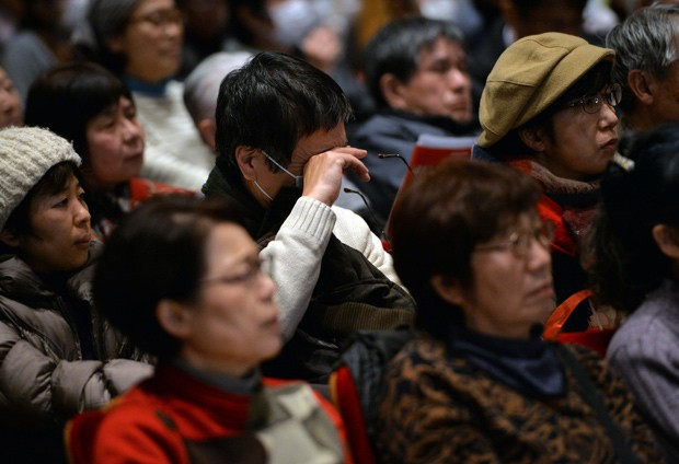 Homem enxuga as lágrimas enquanto houve um discurso em protesto contra falta de punição pelo acidente nuclear de Fukushima (Foto: AFP Photo/Yoshikazu Tsuno)