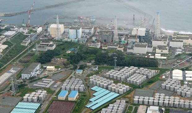 Água contaminada vazou de um grande tanque de armazenamento em Fukushima. (Foto: Tokyo Electric Power Co / via Reuters)