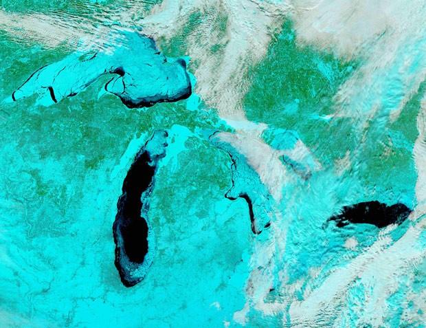Foto tirada em satélite mostra, com colorações artificiais, a superfície congelada dos Grandes Lagos. (Foto: Nasa)
