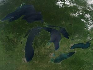Foto de satélite mostra região dos Grandes Lagos sem neve e sem efeitos especiais de coloração (Foto: Nasa)