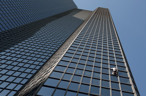 Alain Robert escalou prédio de 186 m em Paris, na França (Foto: François Guillot/AFP)