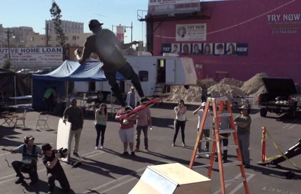 Em vídeo publicado no YouTube, skatista demonstra como funciona o skate voador HUVr. (Foto: Reprodução/YouTube.com)