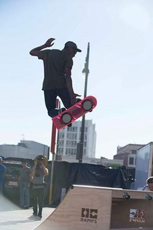 Skatista testa o skate voador HUVr, da HUVr Tech. (Foto: Divulgação/HUVr Tech)