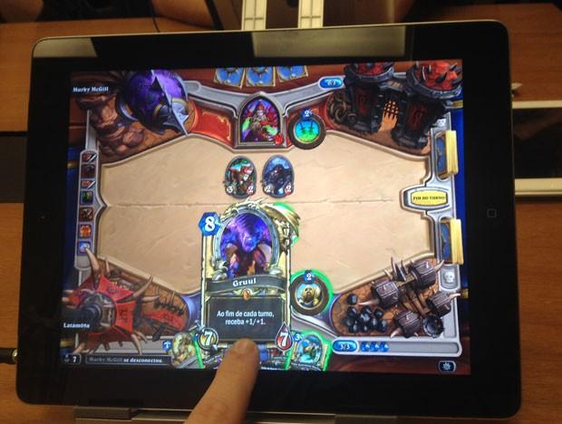 Comandar 'HearthStone' por meio da tela sensível ao toque do iPad é mais fácil (Foto: Gustavo Petró/G1)