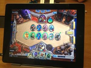 'HearthStone' no iPad está idêntico ao visto no PC (Foto: Gustavo Petró/G1)