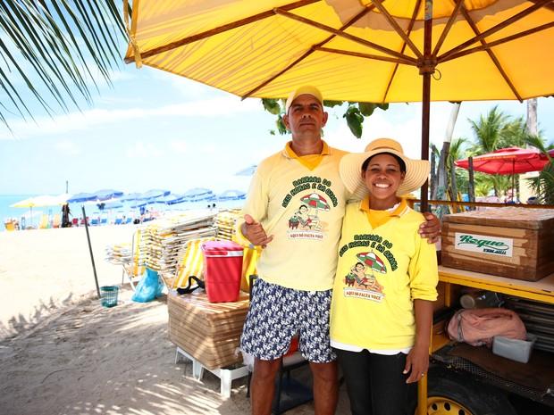 Seis horas e Hozana trabalham juntos na praia de Ponta Verde. (Foto: Jonathan Lins/G1)