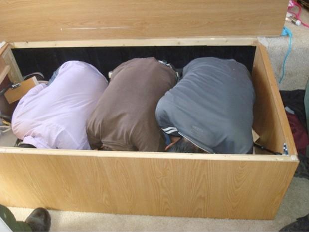 Imigrantes mexicanos foram flagrados escondidos em caixa embaixo de cama, tentando entrar nos EUA ilegalmente (Foto: U.S. Department of Homeland Security/AP)