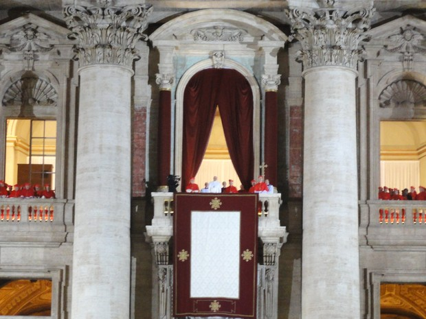 Foto da religiosa mostra o momento em que o Papa Francisco apareceu na varanda do Basílica de São Pedro em 13 de março do ano passado. (Foto: Patricia Souza da Silva/Arquivo Pessoal)