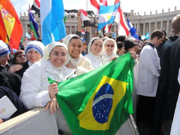 Patrícia (primeira à esq) segura a bandeira do Brasil junto a outras religiosas na Praça de São Pedro, em uma das primeiras aparições de Francisco. (Foto: Patricia Souza da Silva/Arquivo Pessoal)