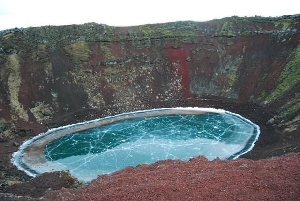 Usuário registrou lagoa de cratera vulcão congelada na Islândia (Foto: Reprodução/Imgur/SiPee)