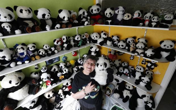 Celine e o marido possuem cerca de 2.200 peças com imagens de pandas (Foto: Yves Herman/Reuters)