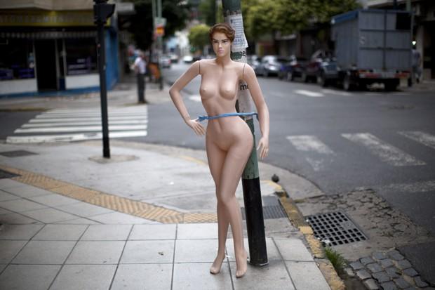 Manequim 'sexy' foi amarrado a poste para promover fábrica que produz esse tipo de peça em Buenos Aires, na Argentina (Foto: Rodrigo Abd/AP)