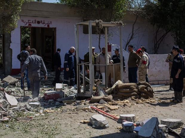 Autoridades de segurança egípcias investigam um posto de controle, onde morreram seis soldados, após ataque realizado por homens armados ao norte do Cairo, Egito, neste sábado (15) (Foto: Eman Helal/AP Photo)