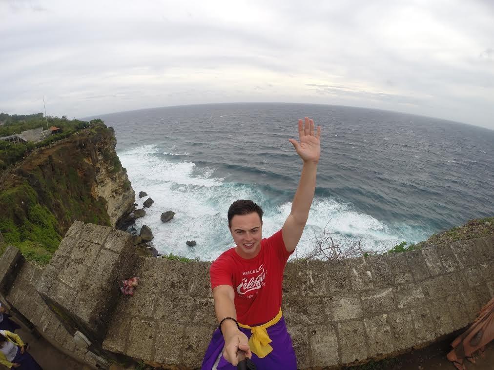 Foto do brasileiro em Uluwatu, na Indonésia, durante mochilão que terá duração de sete meses e como destino final o Brasil (Foto: Divulgação/Ailton Schoemberger)