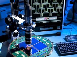 Um conjunto especializado de detectores supercondutores é usado pelo telescópio Bicep2, no Polo Sul, para capturar luz de bilhões de anos atrás (Foto: Reuters/Nasa/JPL-Caltech)