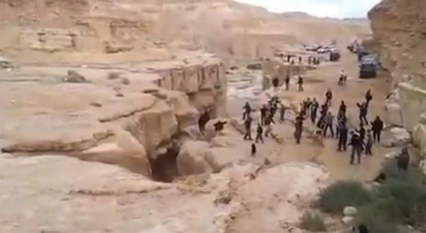 Imagem mostra momento em que água chega perto de cratera, onde população aguarda a inundação (Foto: Reprodução/YouTube/??? ??)