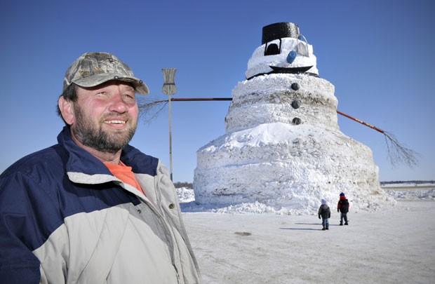 Greg Novak construiu um boneco de neve de 15 metros de altura em Gilman (Foto: Jason Wachter/St. Cloud/AP)