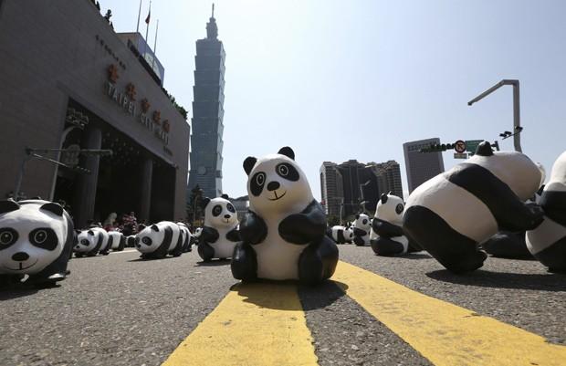 Esculturas de pandas foram expostas em frente à prefeitura de Taipei (Foto: Reuters/Patrick Lin )