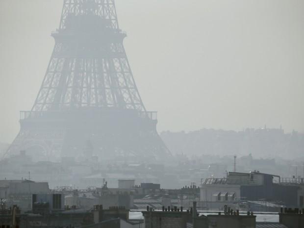 Qualidade do ar de Paris atingiu um dos piores patamares da história, rivalizando com a capital chinesa Pequim, uma das cidades mais poluídas do mundo (Foto: AFP)