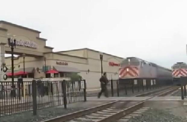 Americano atravessou linha férrea e escapou por pouco de ser atingido por trem (Foto: Reprodução/YouTube/Peter Wahl)