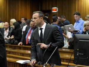 Atleta paraolímpico Oscar Pistorius, acusado de matar namorada, comparece ao primeiro dia de seu julgamento em Pretória, na África do Sul (Foto: AFP Photo/Pool/Herman Verwey)