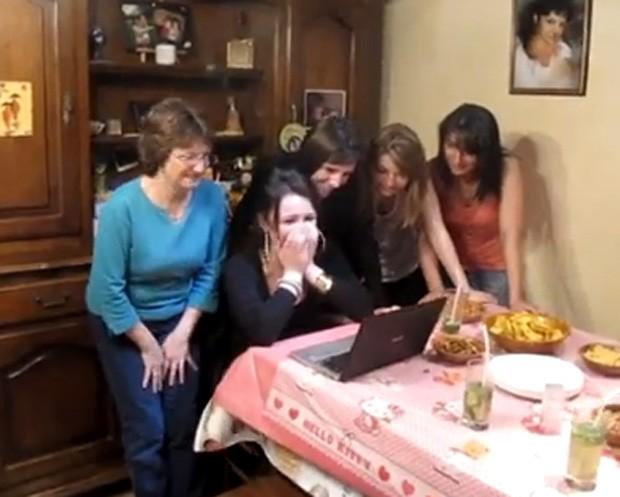 Irmã do 'viajante' ficou emocionada ao assistir vídeo em que homem 'aparecia' na porta de casa para entregar o presente (Foto: Reprodução/YouTube/Nicolas Foubert)
