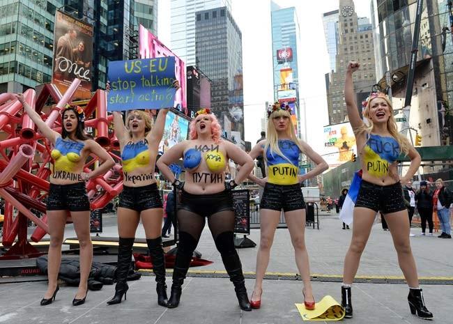 Militantes do Femen protestam na Times Square contra a ocupação russa na Ucrânia (Foto: AFP PHOTO/Stan HONDA)