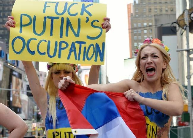 Inna Shevchenko, uma das líderes do Femen, rasga bandeira russa em protesto na Times Square (Foto: AFP PHOTO/Stan HONDA)