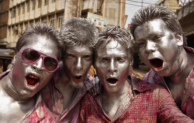 'Quarteto prateado posa para câmera durante 'Festival de Cores' na Índia (Foto: Utpal Baruah/Reuters)