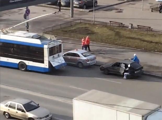 Dupla fez reboque atrapalhado usando ônibus e acabou causando uma colisão com carro parado (Foto: Reprodução/LiveLeak/ ljfriel2 )