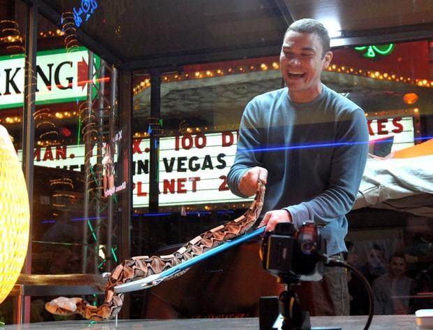 Donald Schultz exibe uma cobra em frente a um cassino em Las Vegas, em 2010 (Foto: Glenn Pinkerton/Las Vegas News Bureau/AP)