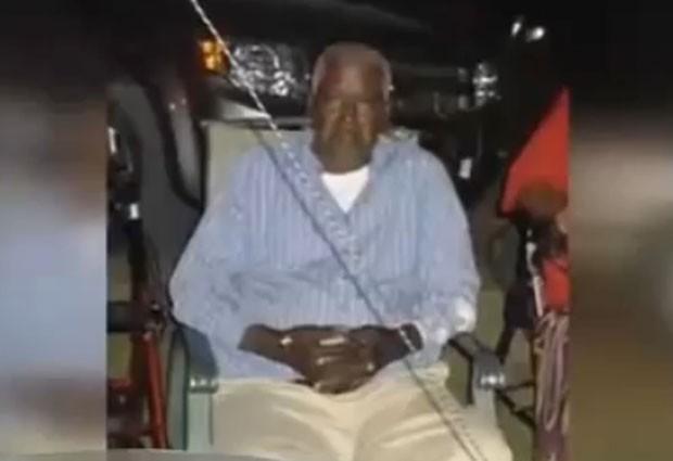 Declarado morto, o idoso Walter Williams acordou e deu um chute para escapar do saco na funerária (Foto: Reprodução/YouTube/ headlinenewsdesk)