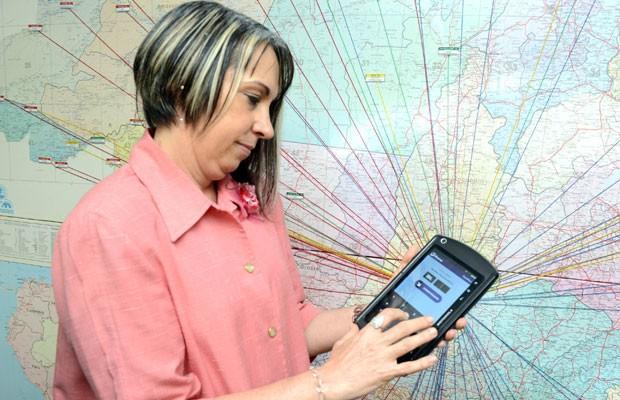 Regina Miki, secretária Nacional de Segurança Pública do Ministério da Justiça, mostra o aplicativo 'Sinesp Cidadão', que consulta placas de veículos, instalado em tablet. (Foto: Divulgação/Ministério da Justiça/Isaac Amorim)