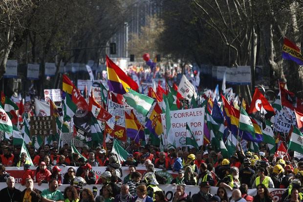Pessoas se reúnem em protesto contra o governo da Espanha em Madri neste sábado (22) (Foto: Andres Kudacki/AP)