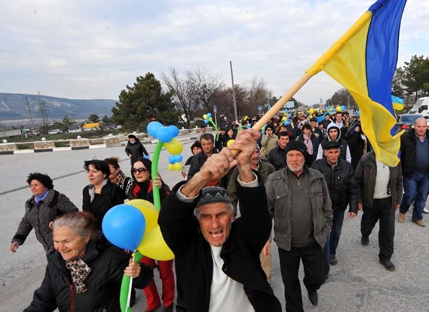 Tártaros protestam contra referendo no domingo (Foto: Viktor Drachev/AFP)