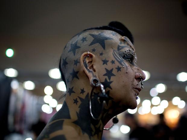 Gaby Peralta exibe seu rosto tatuado (Foto: Natacha Pisarenko/AP)