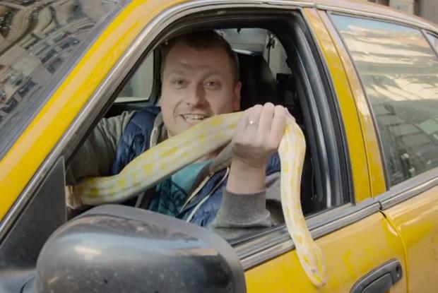 O comediante Jimmy Failla foi às ruas de Nova York com píton escondida em táxi (Foto: Reprodução/YouTube/Jimmy Failla )