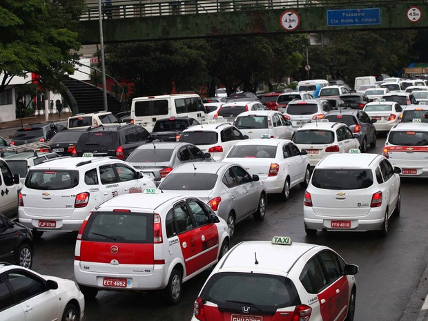 Trânsito durante a manhã na Avenida Washington Luis, na Zona Sul de São Paulo, próximo ao aeroporto de Congonhas. (Foto: Renato S. Cerqueira/Futura Press/Estadão Conteúdo)