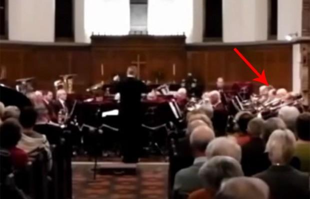 Músico espirrou enquanto tocava tuba e causou 'estrondo' na Inglaterra (Foto: Reprodução/YouTube/LC FellowshipBand)