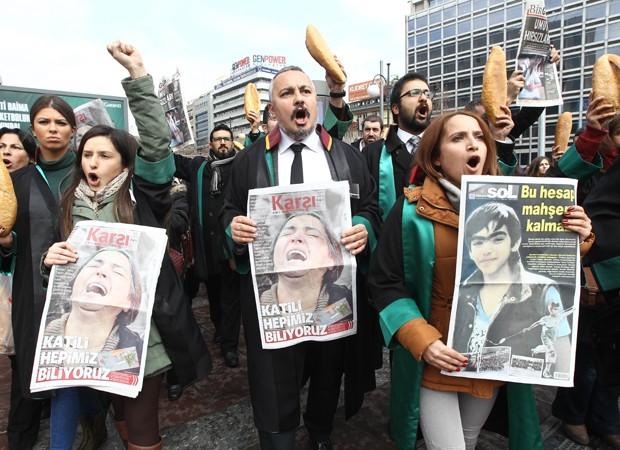 Manifestantes tomam as ruas da Turquia contra a morte de jovem em protesto (Foto: Adem Altan/AFP)
