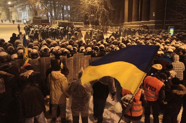 Choques entre os manifestantes pró-russos e de favoráveis à integridade territorial da Ucrânia aconteceu na Praça Lênin, em Donetsk.. (Foto: Alexander Khudoteply / AFP Photo)
