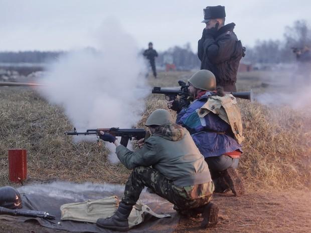 Ativistas participam de exercícios militares em um campo de treinamento militar nos arredores de Kiev, Ucrânia. O presidente russo, Vladimir Putin, assinou um decreto nesta segunda (17) reconhecendo a região ucraniana da Crimeia como um Estado soberano (Foto: Efrem Lukatsky/AP)