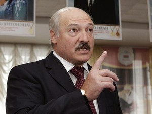 Presidente de Belarus Alexander Lukashenko fala em coletiva de imprensa durante eleições legislativas neste domingo (23) (Foto: Reuters)