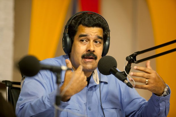 Maduro fala durante programa de rádio nesta terça-feira (11) na Venezuela (Foto: Alejandro Cegarra/AP)