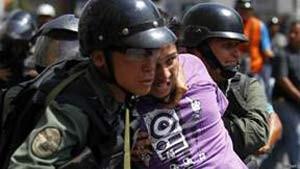 Pela 1ª vez, Venezuela pede ajuda internacional para mediar crise (Foto: Reuters/ BBC)