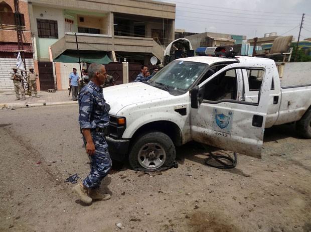 Soldados iraquianos inspecionam local de ataque suicida do lado de fora de centro de votação na cidade de Kirkuk nesta segunda-feira (28) (Foto: Marwan Ibrahim/AFP)
