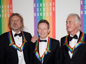 Músicos Robert Plant, John Paul Jones e Jimmy Page, do Led Zeppelin, após serem homenageados no Centro Kennedy, nos EUA, neste domingo (2) (Foto: Drew Angerer/AFP)