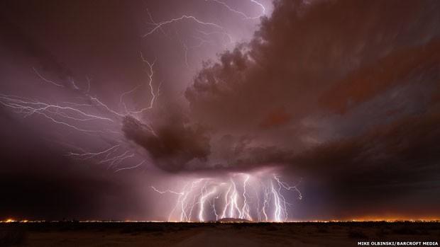 Raios atingem o sul de Casa Grande através das nuvens mammatus, termo que se refere às bolsas formadas nas bases das nuvens. Há um requisito para a formação das mammatus - uma grande tempestade - porque elas se formam na parte de trás de tempestades que se retiram (Foto: Mike Olbinski/Barcroft Media)