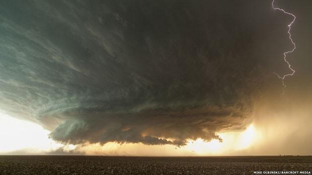Uma supercélula pitoresca se forma no noroeste de Booker, no Texas. As supercélulas são caracterizadas por uma persistente corrente de ar ascendente giratória (chamada de mesociclone) (Foto: Mike Olbinski/Barcroft Media)
